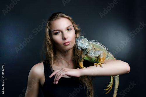 doskonały portret piękna dziewczyna i zielona iguana w studio
