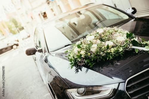 Układ kwiatów na masce samochodu, ślub