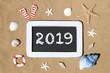 Tafel am Strand mit Aufschrift: 2019