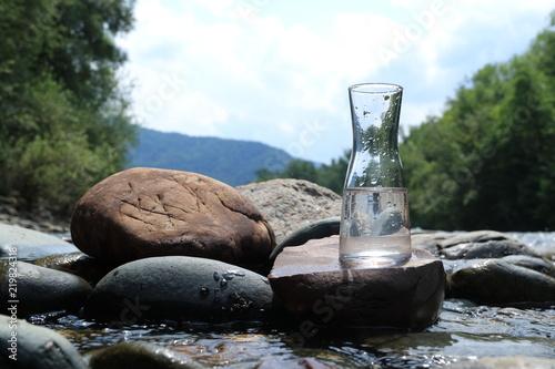 Obrazek szklana kolba z wodą.