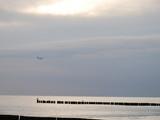 Ostsee mit Buhnen und Schwänen - 219834580