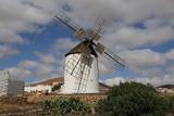 Un moulin à vent traditionnel de l'île canarienne de Fuerteventura, dans la commune de Tuineje - 219858123