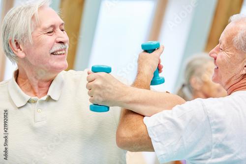 Leinwanddruck Bild Zwei Senioren messen spielerisch ihre Kräfte