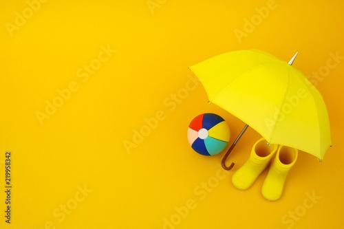 Para żółte kalosze i parasol i piłka na żółto