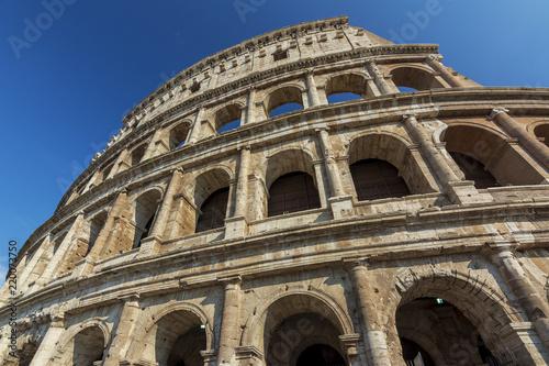 Koloseum to główny punkt orientacyjny Rzymu - Rzym - Włochy Koloseum to jedna z głównych atrakcji turystycznych - Główny symbol Rzymu