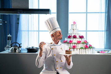 The chef really like cooked cake © razoomanetu