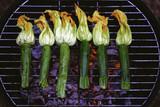 Gegrillte Zucchiniblüten auf einem Grill mit Kohle - 220101762