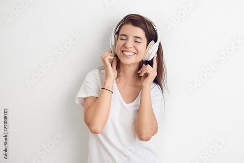 canvas print picture Hübsche junge Frau mit Kopfhörern