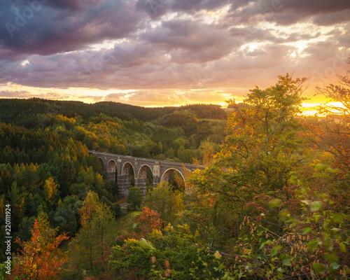 architektura-wiaduktu-w-jesiennym-lesie