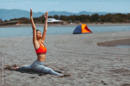Młodej kobiety rozciąganie na plaży