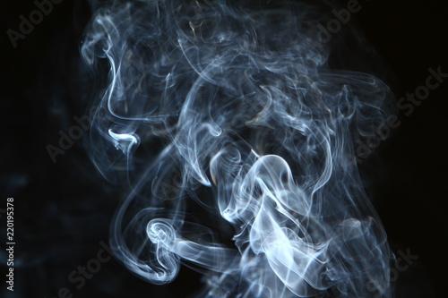 wspanialy-przeplywajace-swiecace-jasny-dym-na-ciemnym-tle