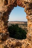 ventana de castillo en ruinas - 220222199