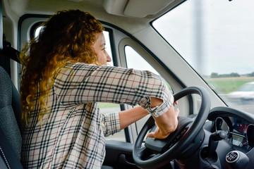 femme énervée au volant