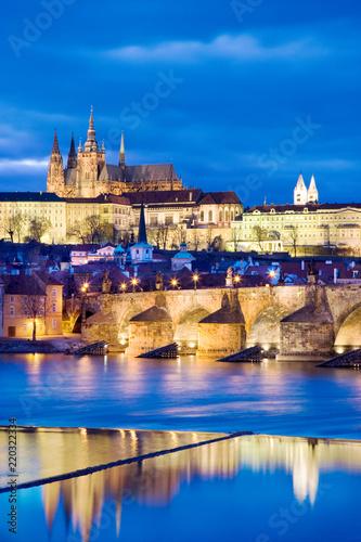 Leinwanddruck Bild night view of Prague castle and Charles bridge over Moldau river, Lesser town, Prague (UNESCO), Czech republic