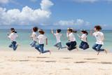 沖縄のビーチを走る女性たち - 220357513