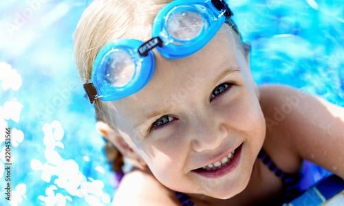 Piękna dziewczyna w okularach przeciwsłonecznych przy pływackim basenem w lato czasie