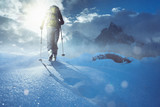 Wandern im Schnee bei Sonnenaufgang - 220489794