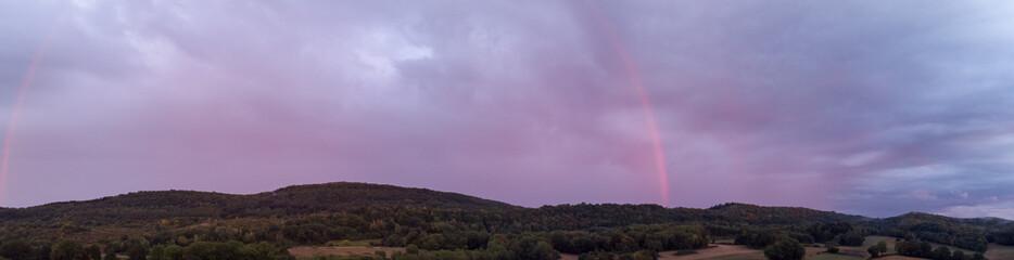 Panorama sur un arc en ciel rose pendant le coucher de soleil © Olivier Tabary