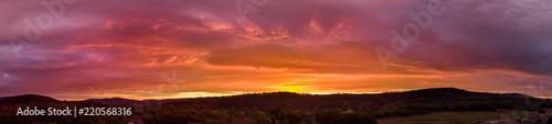 panorama flamboyant sur un coucher de soleil au dessus des montagnes - 220568316