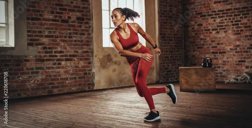 Kobieta podczas treningu fitness w siłowni