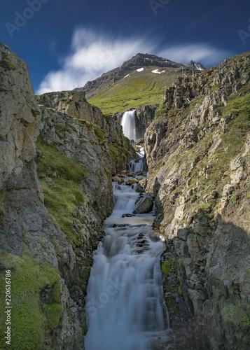 Von einem Berg zwischen Felswänden herabstürzender Wasserfall