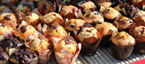 Muffins sur grille à pâtisserie / Muffins on baking rack - 220672322