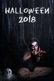 Gruselige Frau im Wald mit Totenkopf und blutiger Maske und Aufschrift
