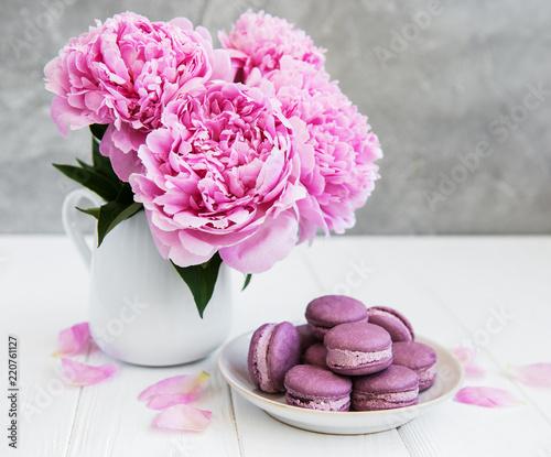Różowa piwonia z macarons