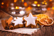 Leinwandbild Motiv Duftende Zimtsterne und Gewürze auf dem gedeckten Tisch zu Weihnachten