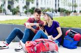 Backpacker Paar sucht Unterkunft mit Handy - 220806795