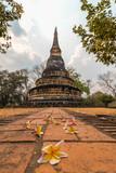 Antigua pagoda en el Wat Umong, Chiang Mai, Tailandia. - 220815187