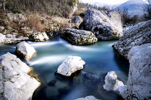 Fiume alpino con rocce affioranti - 220826963