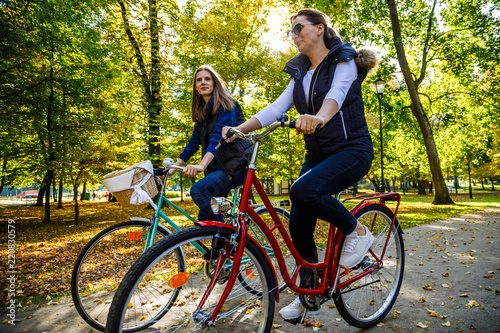 Leinwanddruck Bild Healthy lifestyle - people riding bicycles in city park