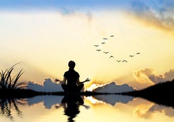 mujer meditando en la naturaleza © kesipun
