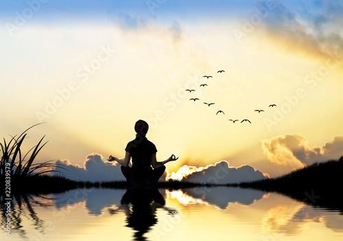 Kobieta medytuje w naturze