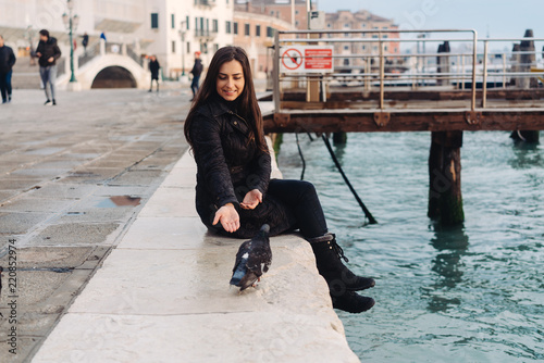 Foto Murales Girl sitting on the edge of the Grand Canal
