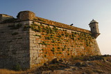 Muralha com canhão e torre de castelo português - 220875364