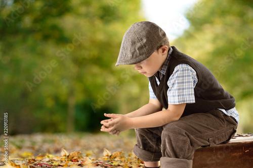 Leinwanddruck Bild Junge im Herbst in einer Allee