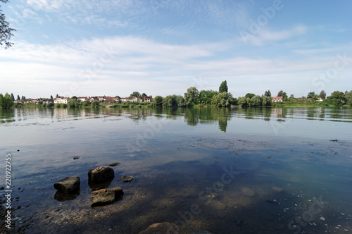 Sekwany bank rzeki przy Veteuil w regionalnym parku przyrody Vexin