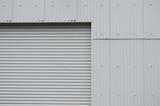 グレー色のシャッターと壁 - 220924985