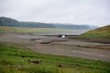 Ausgetrocknetes Flussbett der Talsperre - 220951552