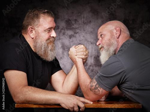 Leinwanddruck Bild Zwei Männer beim Armdrücken
