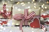 Weihnachtsgeschenke mit Herz - 220987750