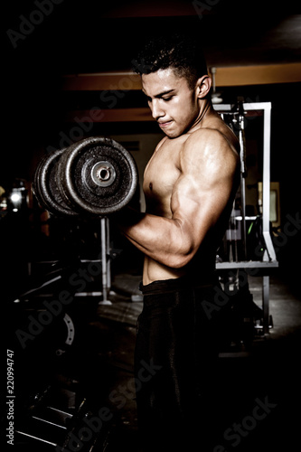Młody mięśniowy mężczyzna w gym