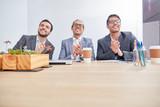 Business Männer klatschen Beifall in einem Lehrgang - 221176317
