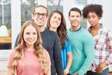 Junge Studenten bilden ein Start-Up Team - 221176375
