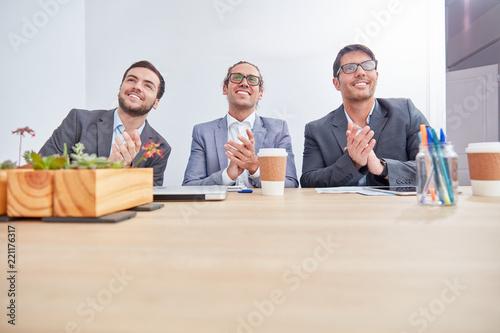 Naklejka Business Männer klatschen Beifall in einem Lehrgang