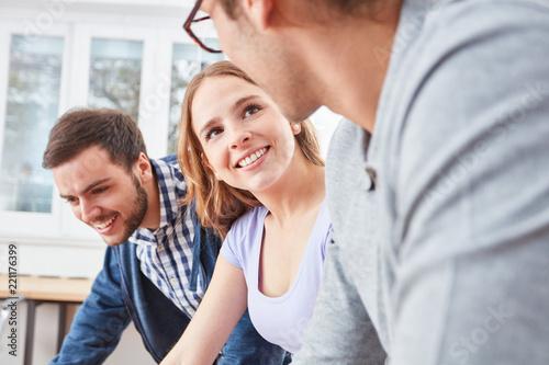 Junge Frau als Trainee in der Ausbildung - 221176399