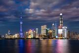 Die hell beleuchtete Skyline von Shanghai am Abend mit bewölktem Himmel, China - 221259195
