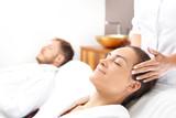 Masaż twarzy dla dwojga. Kobieta i mężczyzna razem na zabiegu pielęgnacyjnym w gabinecie spa.